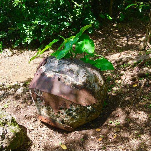 西原町の棚原グスク内、「1トン爆弾の残骸」