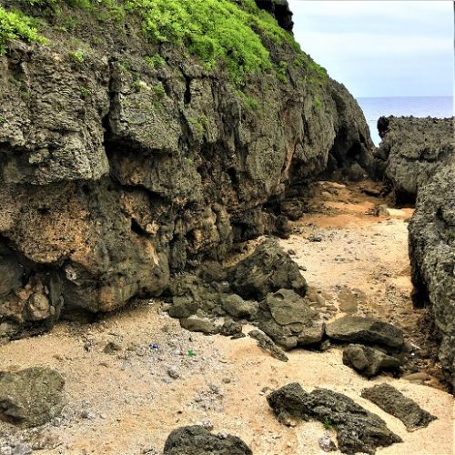 残波岬崖下の避難壕「ハマグヮー(浜小)」