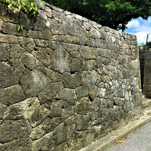 沖縄県の渡嘉敷島に残る「根本家の石垣」